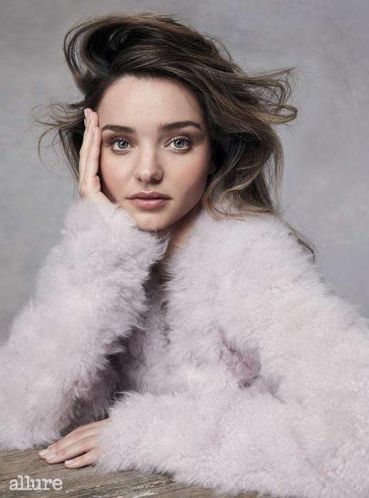 코트는 캘빈 클라인 컬렉션(Calvin Klein Collection).