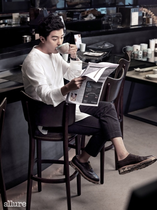 티셔츠와 카디건은 김서롱 옴므(Kimseoryong Homme).슈즈는 손신발.