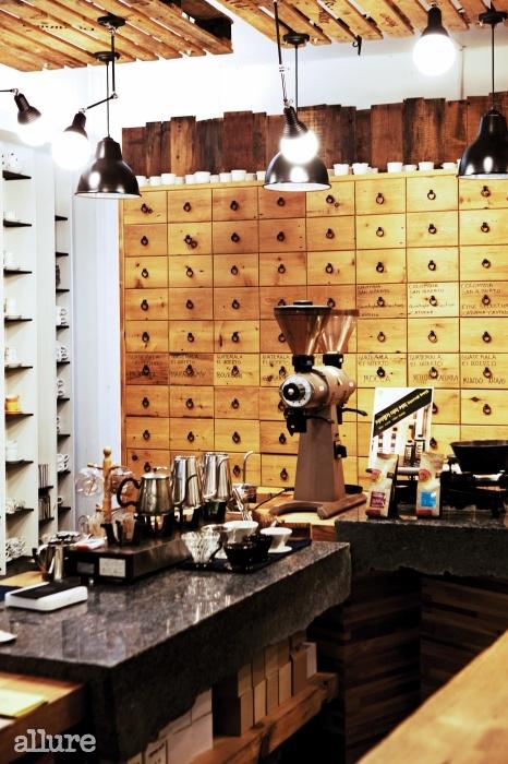 우리나라 커피의 역사와 궤도를 함께해온 커피명가.최근에 문을 연 로스팅 공장인 라 핀카에서는 다양한스페셜티 원두를 맛볼 수 있다.