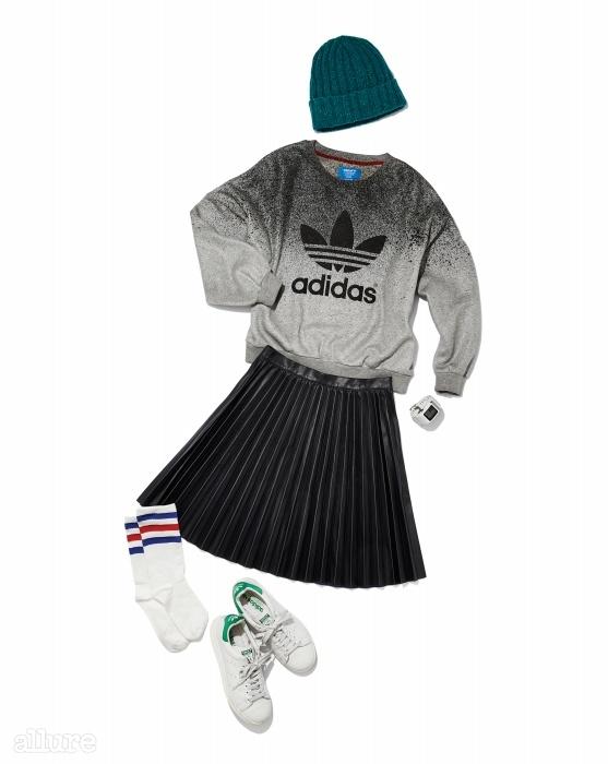 비니는 라이팅 볼트바이 어바웃(LightingBolt by Urbout).스웨트 셔츠는 아디다스오리지널스 바이 리타오라(Adidas Originalsby Rita Ora). 인조가죽스커트는 자라(Zara).시계는 나이키(Nike).양말은 타르트머신(TartMarchine). 운동화는아디다스 오리지널스.