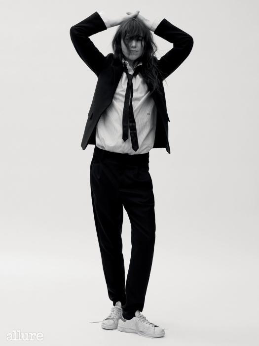 울과 비스코스 혼방 소재의 재킷과 면 소재 스트라이프 셔츠는 샤를로트 갱스부르×커런트 엘리엇(Charlotte Gainsbourg For Current/Elliott),팬츠는 안소니 바카렐로(Anthony Vaccarello), 넥타이는 휴고(Hugo), 스니커즈는 아디다스 오리지널스(Adidas Originals).