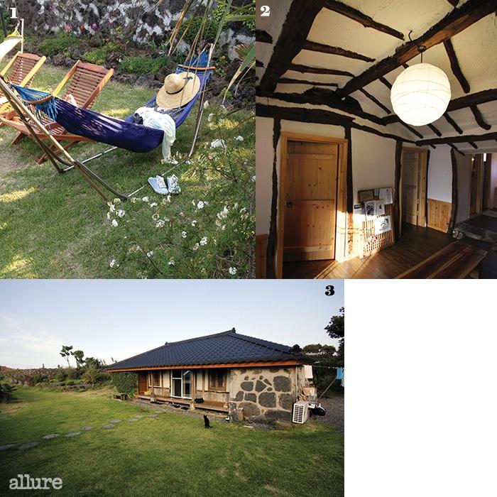1 마당에 자리 잡은선베드와 해먹은망중한을 즐기기에 좋다.2 제주가옥의 마루와천장을 살린 편안한 실내.3 조용하고 고즈넉한게으른 소나기의 전경.
