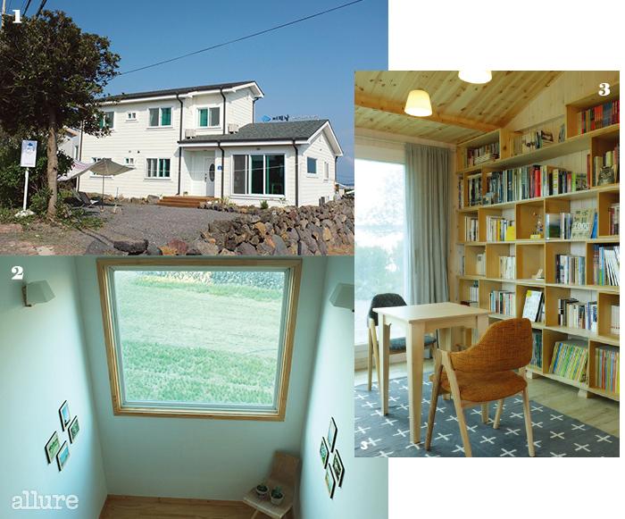 1 돌담과 회색 지붕이 잘어울리는 어떤날의 외관.2 계단으로 오르는 길,창밖으로 조용한 마을의풍경이 보인다.3 공용공간과 침실은 모두원목 소재로 꾸몄다.