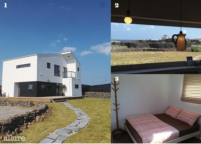 1 마당의 벽돌길을 따라이어지는 흰색 건물. 새파란제주의 하늘과 잘 어울린다.2 공용공간의 창문을 통해월정리의 풍경이 들어온다.3 침구와 옷걸이가단정하게 놓인 객실.