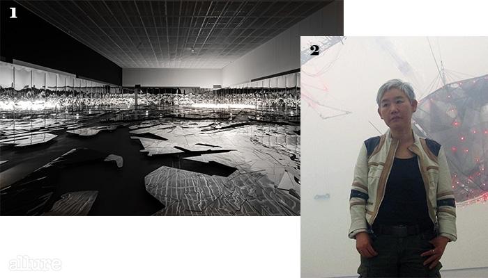 1이불, '태양의 도시 Ⅱ'.2'새벽의 노래 Ⅲ' 앞에 선 작가 이불.