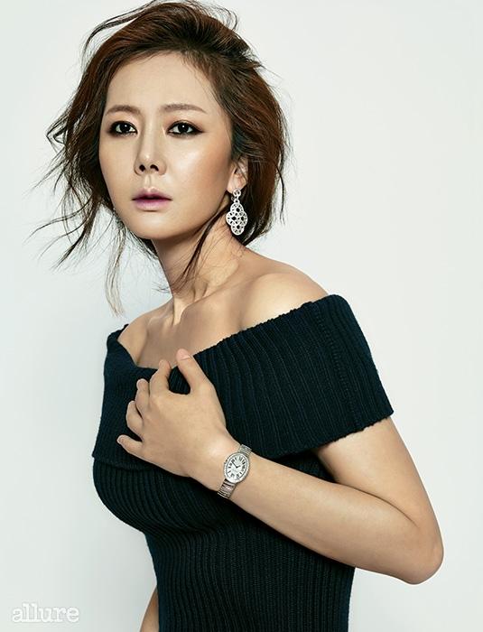 니트 드레스는 로우클래식(Low Classic).다이아몬드를 장식한귀고리, 다이아몬드 장식의화이트 골드 소재 시계는까르띠에(Cartier).
