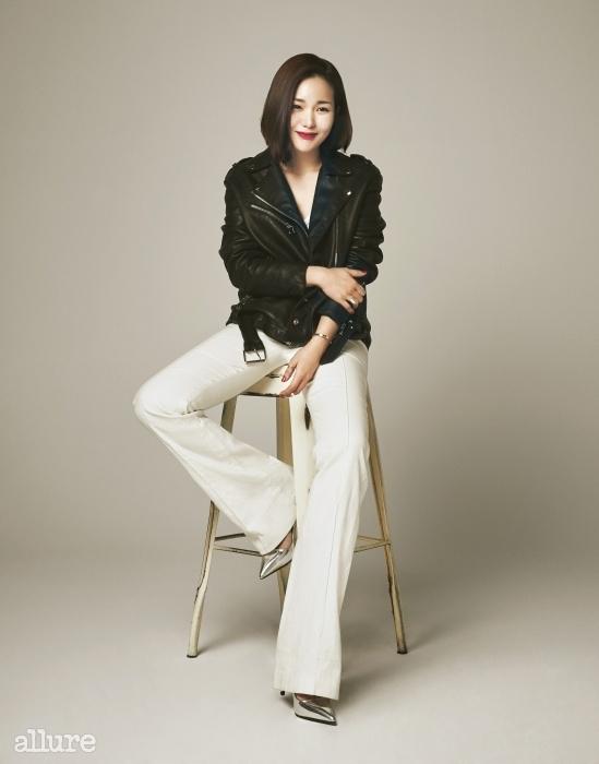 울 소재의 화이트 와이드팬츠는 60만원, 비아 바이이정기(Via by Leejungki).