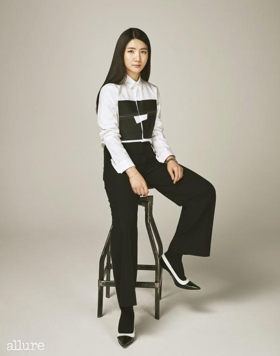 포플린 소재의 화이트셔츠는 32만5천원,씨와이 초이(Cy Choi).