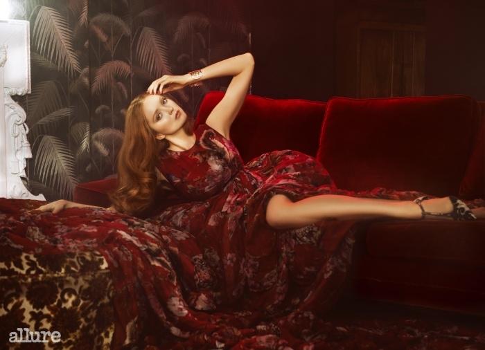 드레스와 슈즈는 돌체앤가바나(Dolce&Gabbana).커프스는 스트롤리(Strolli).