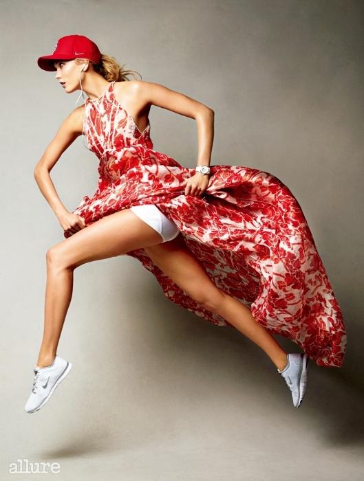 "Jump Start""여행짐을 꾸릴 때면 운동화를 꼭 챙겨요. 어디에서든 뛸준비를 하는 거죠. 목표를 정한 만큼 뛴 다음에는 뭐든할 수 있다는 자신감이 생겨요.""실크 소재 드레스는 알투자라(Altuzarra). 브리프는 비오네(Vionnet).모자와 운동화는 나이키(Nike). 손목시계는 샤넬(Chanel)."