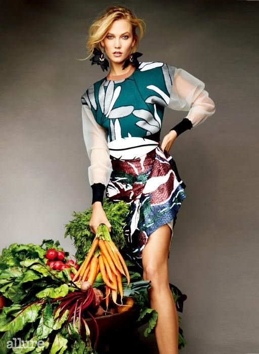 """Green Goddess""""운동 선수들처럼 저 역시 음식은 가장 중요한에너지원이라 생각해요. 채소와 같은 건강한먹거리는 몸과 마음에 긍정의 에너지를 선사해요."""" 톱과 스커트, 귀고리, 벨트는 모두 마르니(Marni)."""