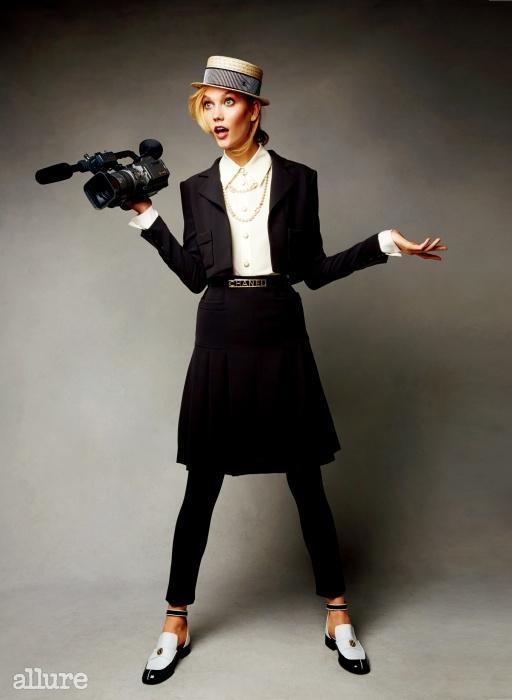 재킷과 블라우스, 스커트, 팬츠, 벨트 슈즈는 모두 샤넬(Chanel).