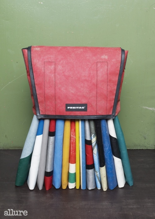 가방과 액세서리는 물론 자체 개발한원단으로 의상도 만들고 있다.