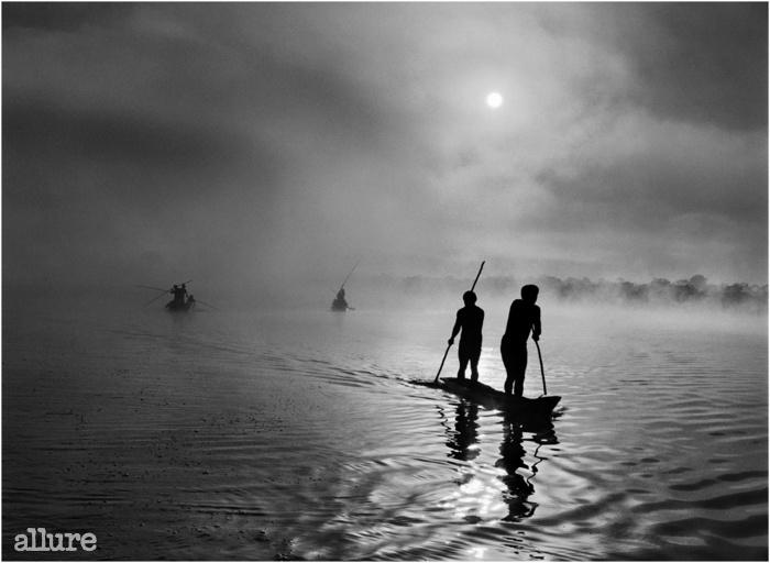 브라질의 마투그로수 주의 싱구 강 상류 유역에서 와우라 사람들이 물고기를 잡고 있다. 브라질. 2005