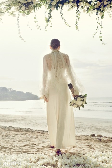 안에 입은 슬립 드레스는 라펠라. 볼륨 스타일의 시스루 톱은 미스지컬렉션.