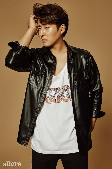 셔츠는 곽현주 컬렉션(Kwak HyunJoo Collection). 슬리브리스 티셔츠는일레븐파리(Eleven Paris).