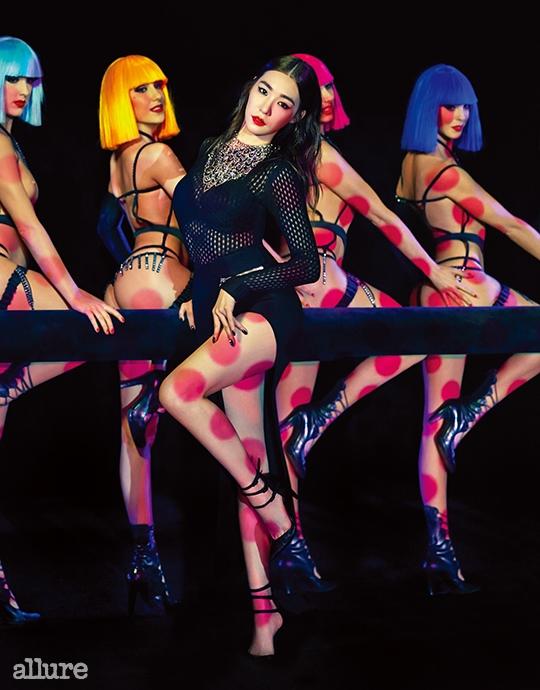 톱과 스커트는 베르사체(Versace). 스트랩 슈즈는 스튜어트와이츠먼(Stuart Weitzman). 목걸이는 스타일리스트 소장품.