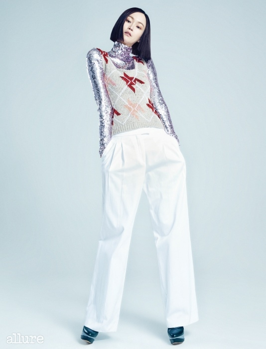 스팽글 장식의 폴리아미드 소재 터틀넥 스웨터, 울 소재 베스트, 면 소재 팬츠, 송아지가죽 소재 부츠는 모두 디올(Dior).