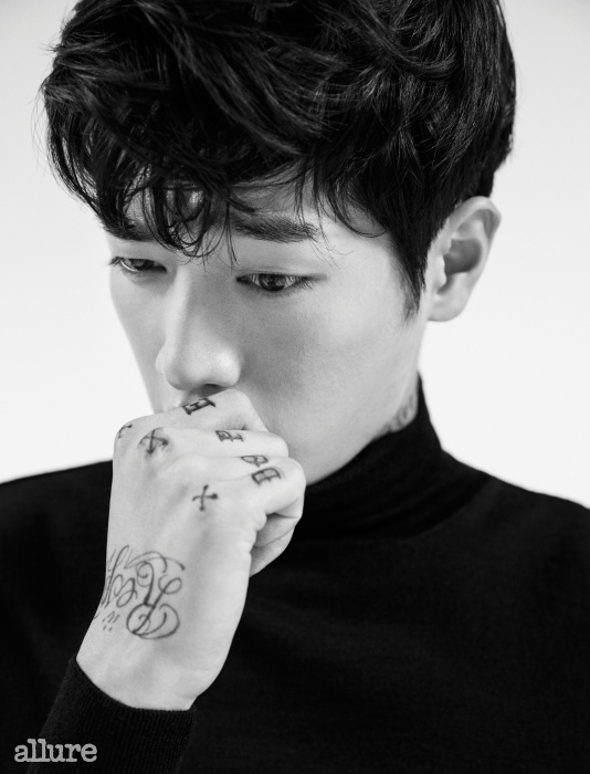 스웨터는 김서룡 옴므(Kimseoryong Homme).
