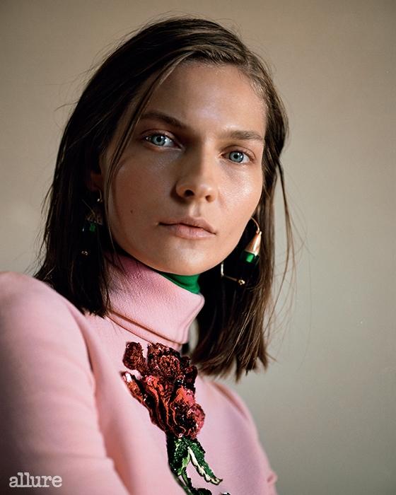 아플리케 장식의 크레이프소재 미니 드레스는돌체앤가바나(Dolce&Gabbana).레진과 플렉시글라스 소재 귀고리,폴로넥 칼라는 모두 마르니(Marni).