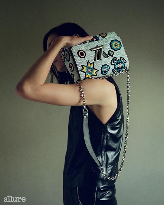 가죽 소재 톱과 스커트, 가방은모두 루이 비통(Louis Vuitton).