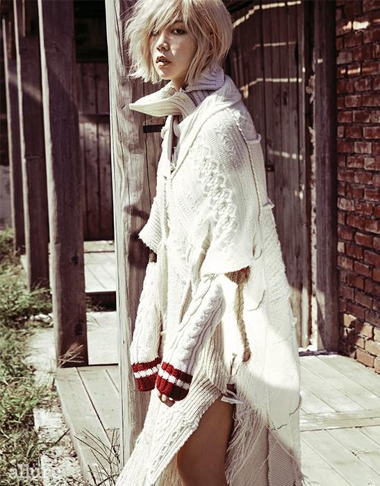 울 소재 스웨터는 프린 바이 지스트리트 494(Preen by G.Street 494). 캐시미어 소재 판초는 랄프 로렌 컬렉션(Ralph Lauren Collection).