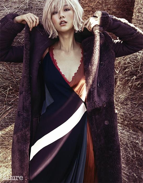양가죽 소재 코트는 끌로에. 실크 소재 롱 드레스는 살바토레 페라가모(Salvatore Ferragamo). 폴리아미드 소재 브래지어는 엠포리오 아르마니 언더웨어(Emporio Armani Underwear).