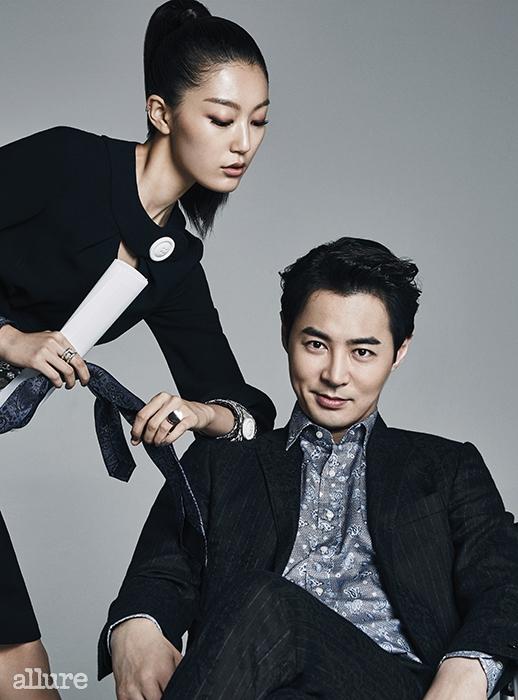 전진이 입고 있는 더블 브레스티드재킷은 프라다. 드레스 셔츠와 팬츠는바톤 권오수. 여자 모델이 입고 있는트위드 소재 드레스는 샤넬(Chanel).메탈 프레임 안경은 빅터앤롤프바이 시원아이웨어(Viktor&Rolf bySee One Eyewear). 반지는 해수엘.스니커즈는 나이키(Nike).