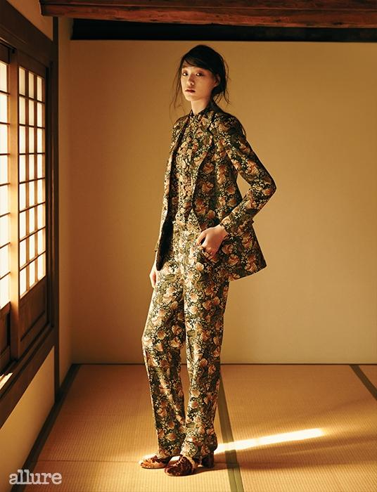폴리에스테르 소재 재킷, 블라우스,팬츠는 모두 자라(Zara). 벨벳 소재부츠는 스텔라 맥카트니(StellaMcCartney).