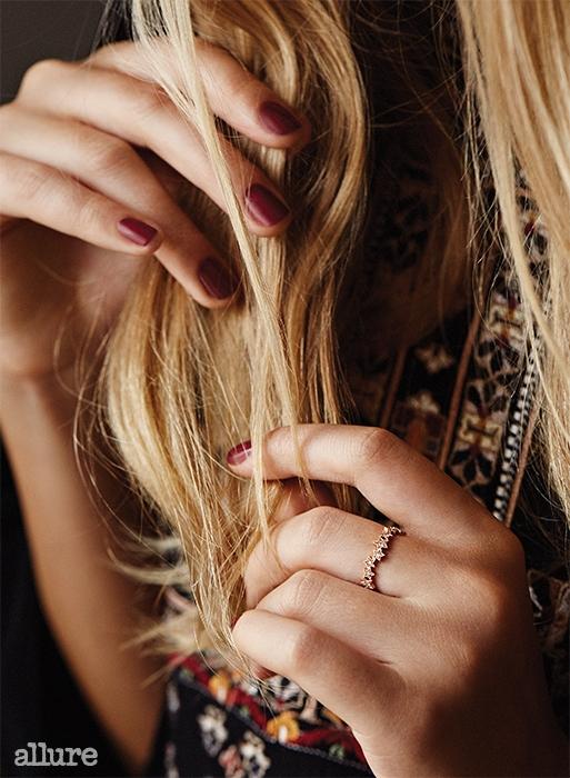 드레스는 이자벨 마랑, 반지는 스톤(Stone).