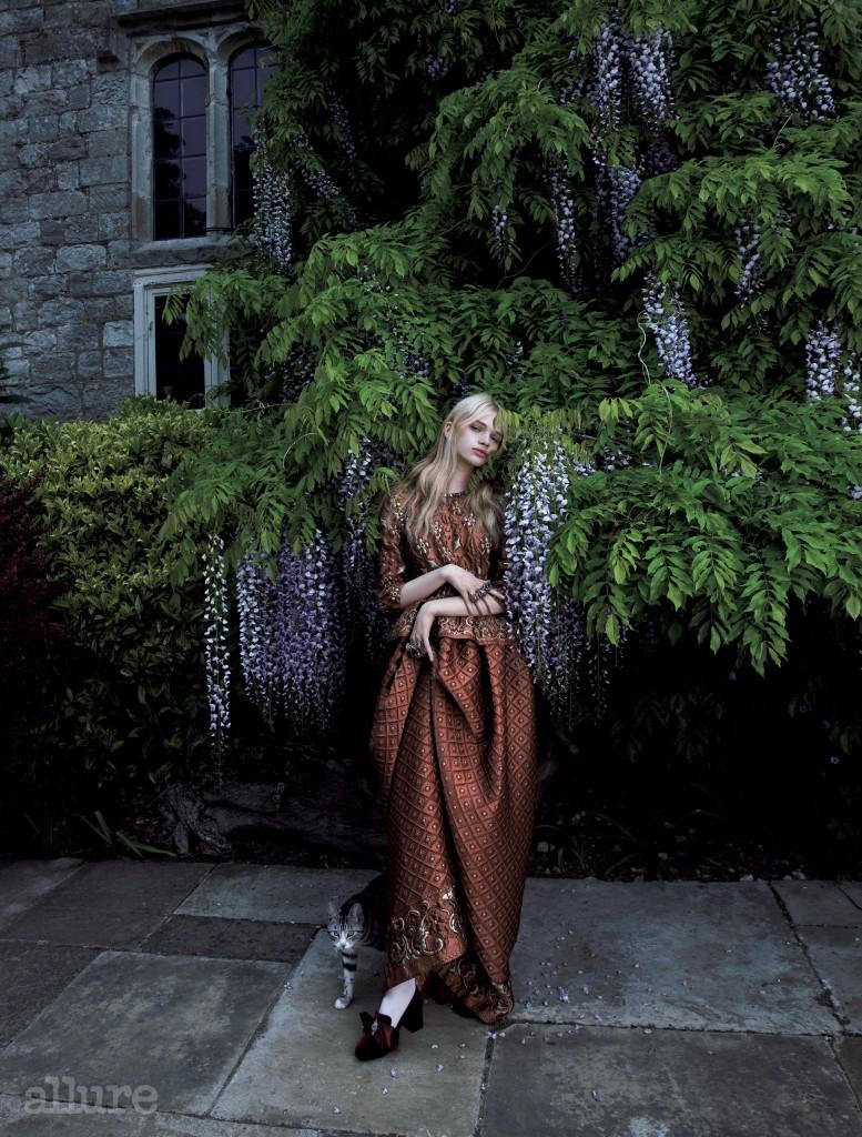 중후한 매력의 자수 장식 실크 드레스와 리본 장식 구두는 알베르타 페레티(Alberta Ferretti). 스타킹은 포갈(Fogal).