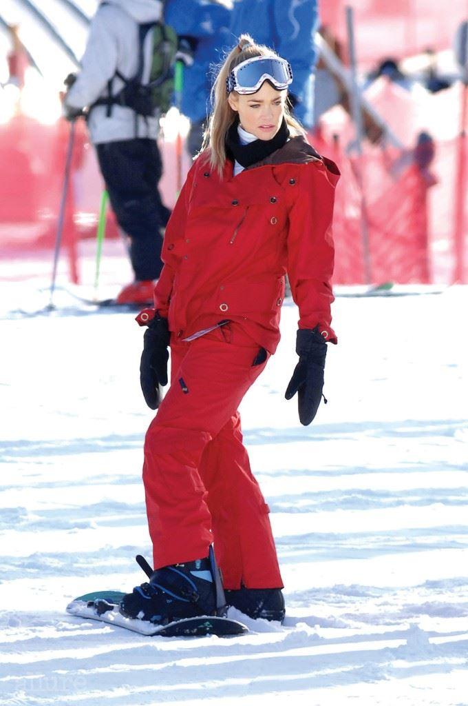데니스 리차드 데니스 리차드의 원 컬러 스키 패션. 상하의를 레드 컬러로 통일한 후, 고글과 장갑, 스노보드를 모노톤으로 선택했다.