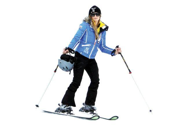 패리스 힐튼 보수적인 스키 룩을 선택한 패리스 힐튼. 그녀의 선택은 소매, 포켓, 지퍼에 화이트로 포인트를 준 블루 재킷. 안전을 위해 스키 헬멧까지 컬러를 맞춘 철저함에 박수를!