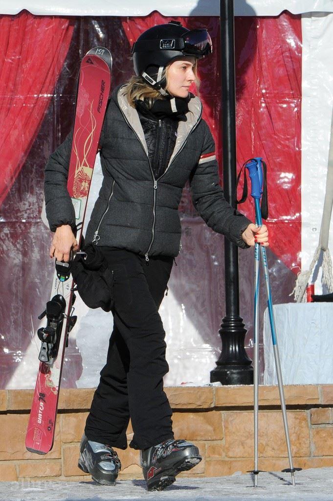 다이앤 크루거 품격 있는 다이앤 크루거는 브라운 컬러의 스키 점퍼로 세련미를 더했다. 점퍼 이외의 의상과 액세서리는 모두 블랙으로 통일해 모던한 스키 룩의 정수를 선보였다.
