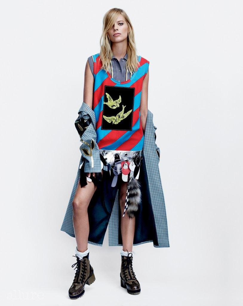 아플리케 장식의 울 소재 코트, 미니드레스, 면 소재 셔츠는 모두 미우미우(Miu Miu). 부츠는 루이 비통(Louis Vuitton). 저지 소재 양말은 프라다(Prada).