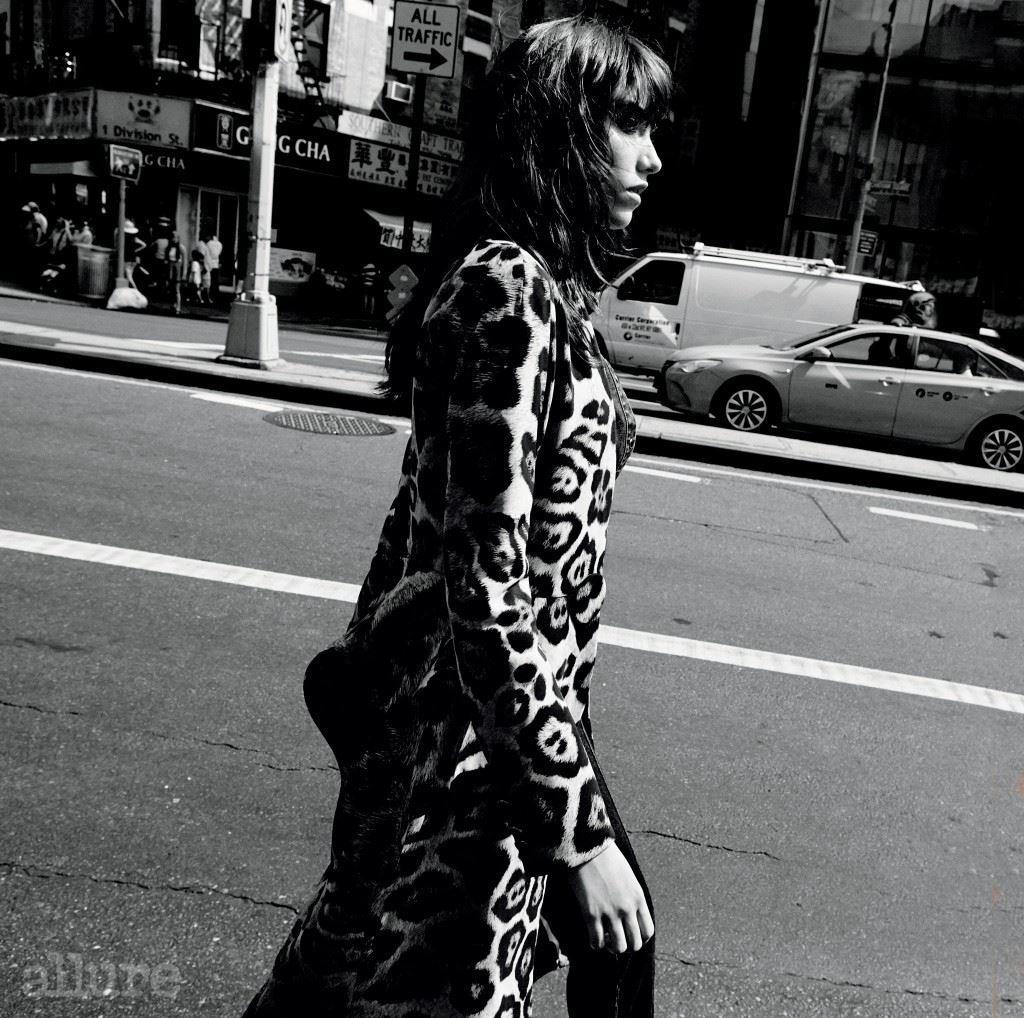 데님 소재 셔츠와 코트, 데님 팬츠는 모두 지방시 바이 리카르도 티시(Givenchy by Riccardo Tisci).
