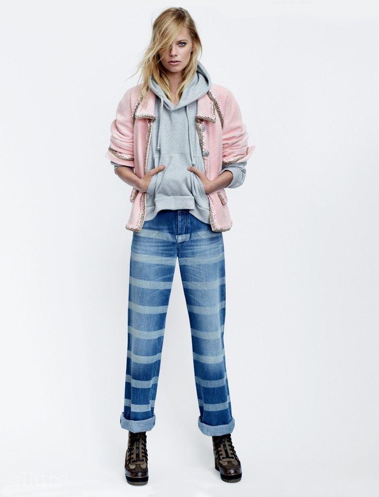 트위드 소재 재킷과 데님 팬츠는 모두 샤넬(Chanel). 저지 소재 스웨트 셔츠는 베트멍(Vetements). 부츠는 루이 비통.