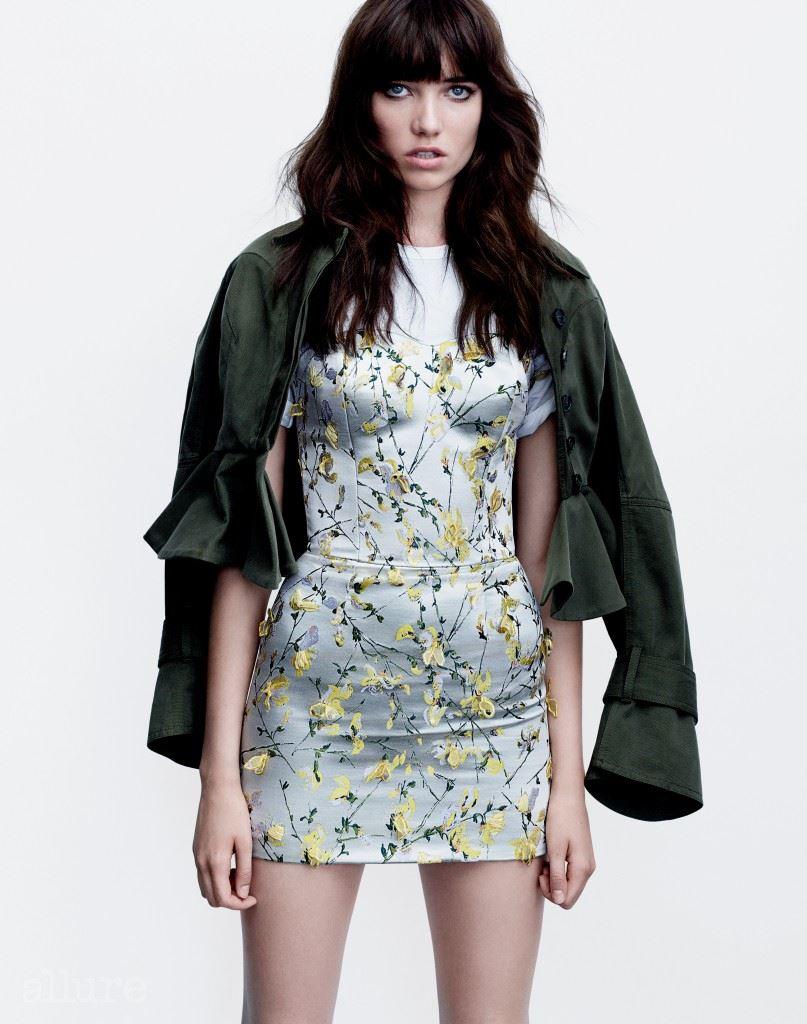 캔버스 면 소재 재킷과 실크 소재 뷔스티에 드레스는 모두 알렉산더 맥퀸(Alexander McQueen). 면 소재 티셔츠는 선스펠(Sunspel).
