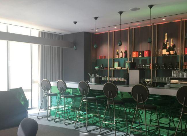 경쾌한 컬러 감각이 돋보이는 3층의 라운지 바.