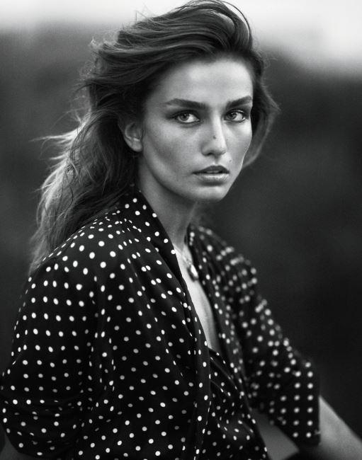 폴카 도트 무늬의 셔츠는 보테가 베네타(Bottega Veneta).