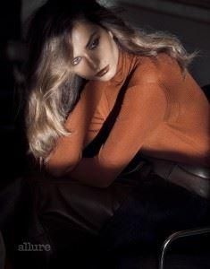 터틀넥 스웨터와 가죽 스커트는 모두 펜디(Fendi).