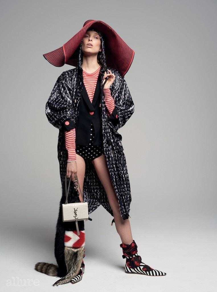 롱 후드 재킷은 막스 마라(Max Mara). 빨간 색 단추 장식의 재킷, 캐시미어와 비스코스 혼방 스웨터, 모자는 모두 조르지오 아르마니(Giorgio Armani). 쇼츠는 돌체 앤가바나(Dolce&Gabbana). 핸드백은 생 로랑. 여우털 소재 숄, 양말, 슈즈는 모두 미우미우.
