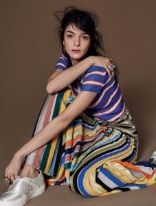 니트 셔츠와 스커트, 반지는 모두 미쏘니(Missoni). 슈즈는 캘빈 클라인 컬렉션(Calvin Klein Collection).