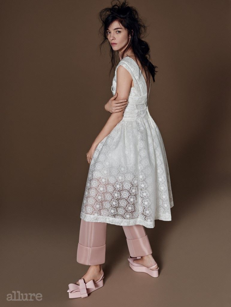 꽃무늬 레이스 소재의 드레스와 팬츠는 모두 시몬 로샤(Simone Rocha). 슈즈는 델포조(Delpozo).