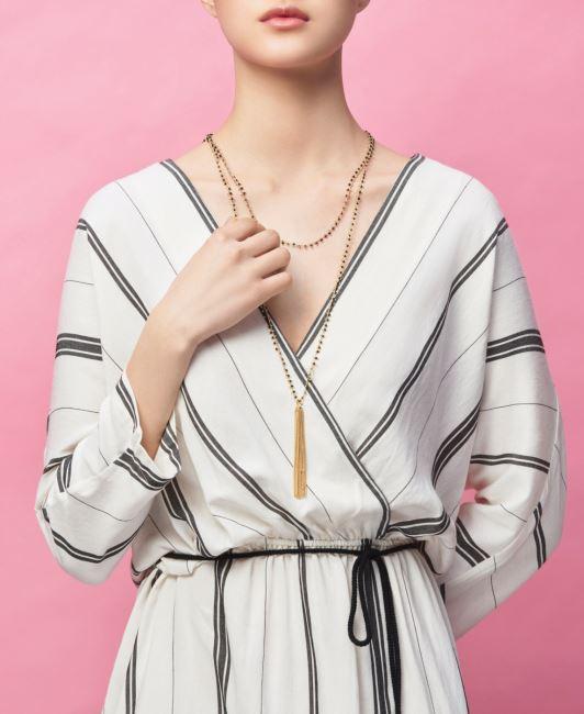 메탈 소재 목걸이는 3만원대, 면 소재 드레스는 15만9천원, 모두 마시모 두띠(Massimo Dutti).