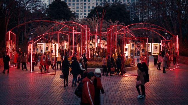 SK-II는 상하이 인민 공원의 결혼 시장에 설치물을 만들었다. 그곳에는 수백 명의 젊은 중국 여성들의 사진이 걸렸다. '우리는 자신의 운명과 삶을 선택하길 원한다'는 메시지와 함께.