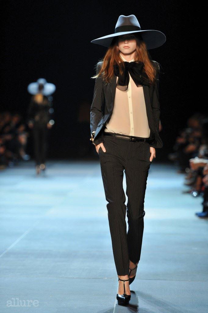 2013년 봄/여름 브랜드의 시그니처인 르 스모킹 룩을 에디 슬리먼식으로 해석한 첫 번째 컬렉션. 1970년대 보헤미안 무드 룩으로 에디 슬리먼의 생 로랑 시대의 서막을 열었다.