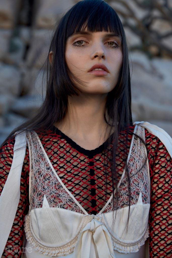 니트 톱은 알렉산더 왕(Alexander Wang). 실크 드레스는 발렌시아가(Balenciaga).
