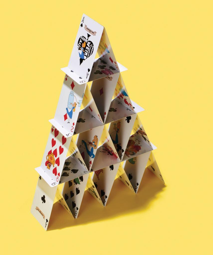 디즈니의 앨리스 플레잉 카드 보드게임의 기본은 플레잉 카드다. 포커, 훌라, 블랙잭, 원카드, 도둑잡기 등 카드를 손에 쥐면 할 수 있는 게임이 어마어마하다. SNS에서 유행하는 카드 탑 쌓기도 좋다. 앨리스가 그려진 디즈니의 플레잉 카드는 펼쳐만 놔도 예쁘다. 1만2천원.