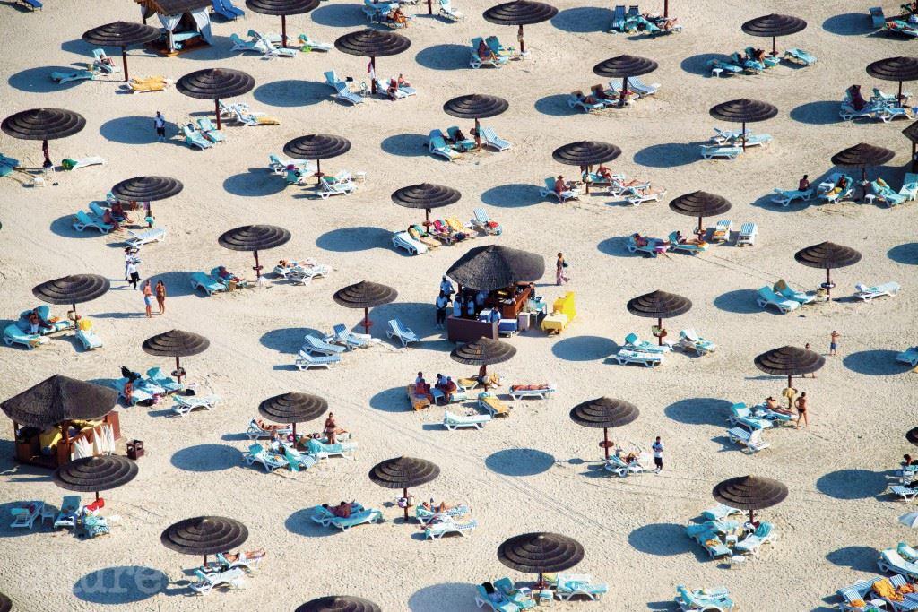 두바이의 주메이라 호텔(Jumeirah Hotel) 해변. 그레이 말린의 는 지난 5월 10일 발행되었다. 가격 25파운드, 아브람스 출판사.